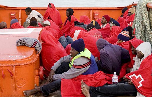 Una embarcación con 37 inmigrantes de origen subsahariano, ha sido interceptada esta mañana por el Servicio Marítimo de la Guardia Civil a unas 14 millas de la localidad granadina de la Rábita