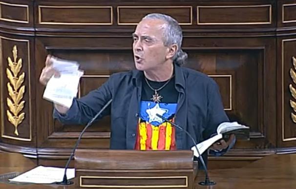 Amaiur irrita a diputados de UPyD y PP al romper hojas de la Constitución en la tribuna del Congreso