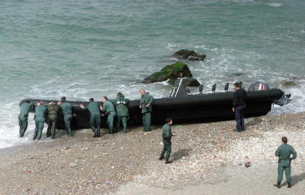 Rescatados en Estrecho seis inmigrantes que viajaban en una lancha de juguete