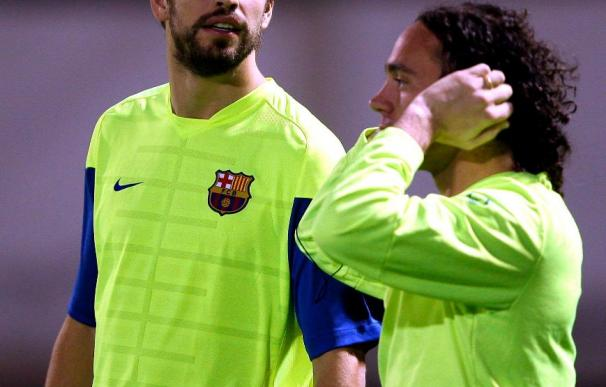 El jugador del Barcelona Milito se recupera de sus problemas físicos; Pique se entrena al margen