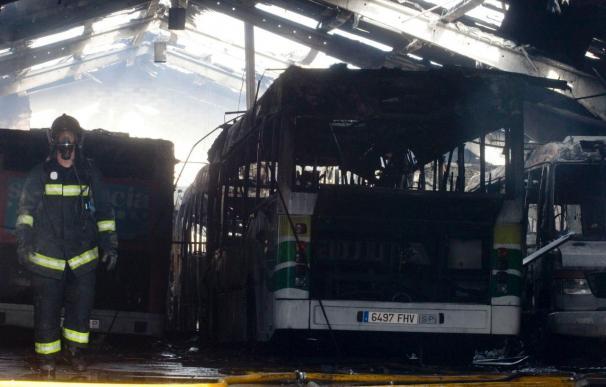 Un incendio quema once autobuses urbanos y una discoteca en la ciudad de Zamora