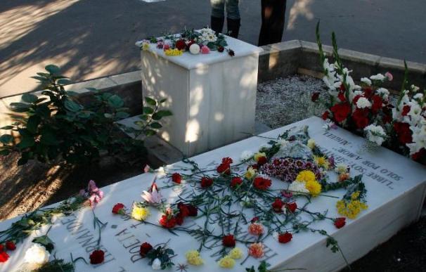 Más de un centenar de personas recuerdan al poeta ante su tumba a los 68 años de su muerte