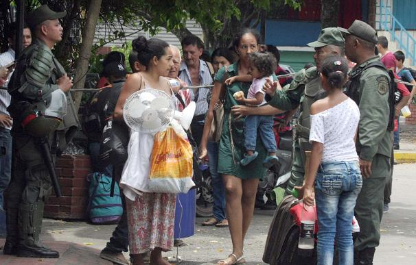 Ciudadanos colombianos deportados por Venezuela esperan para cruzar la frontera en La Fría, estado Tachira, el 29 de agosto