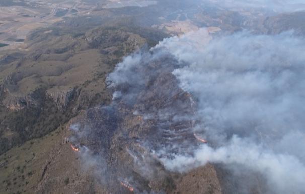 Extinguen el incendio de El Carche y continúan trabajando en el de Sierra de Sopalmo, en Jumilla