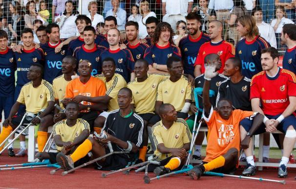 Los internacionales se fotografiaron con amputados de Sierra Leona