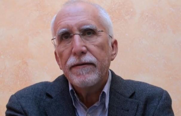Luis Mateo Díez escribe en el ordenador junto a un cuaderno de bitácora de navegación por la novela.
