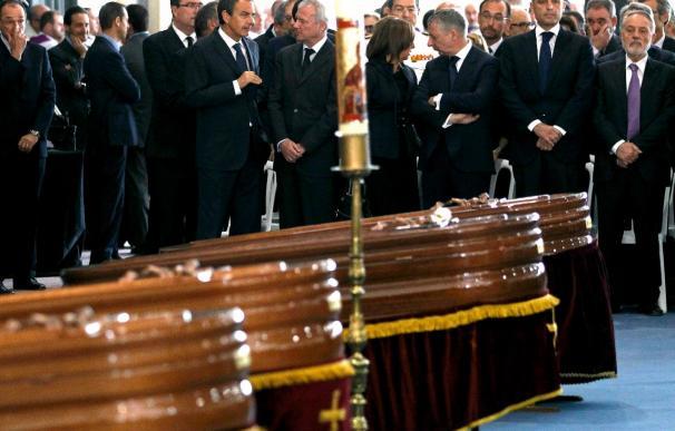 Emoción y dolor en el funeral por las víctimas que presidieron los príncipes