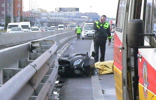 Muere un motorista tras chocar con un autobús interurbano en la M-30