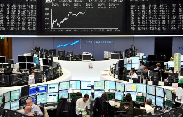 Las bolsas europeas y el euro mantienen las caídas a mediodía