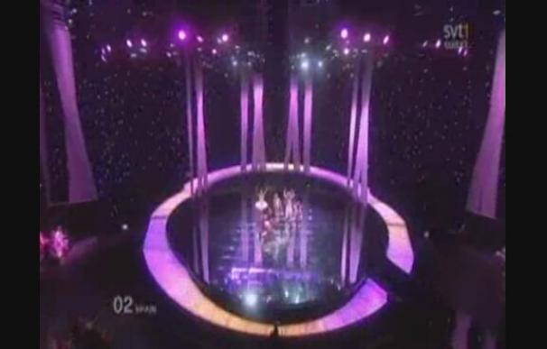 Daniel Diges es interrumpido por Jimmy Jump en Eurovisión.