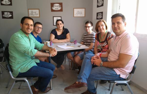 El director del IAJ conoce las actividades de la Casa de la Juventud de Lucena