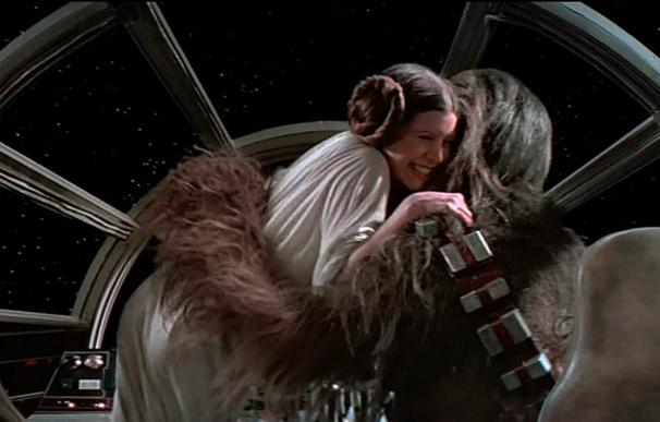 Leia y Chewbacca se funden en un efusivo abrazo