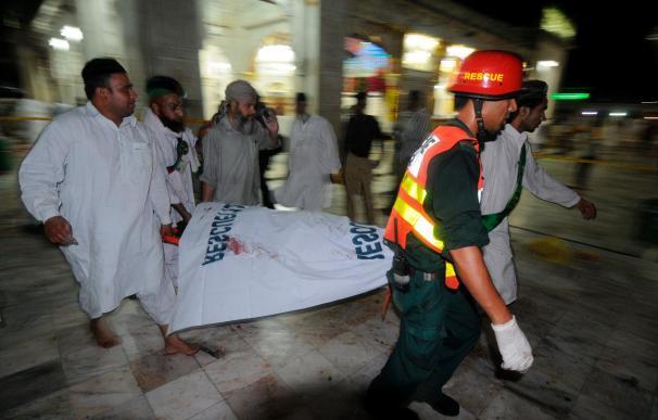 Al menos 35 muertos en un triple atentado suicida en un templo sufí de Pakistán