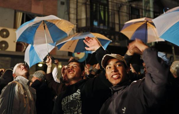 Un grupo de hinchas apoya a Maradona e insulta al presidente de la AFA