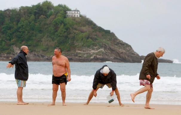 Un grupo de jubilados en la playa de la Concha de San Sebastián.