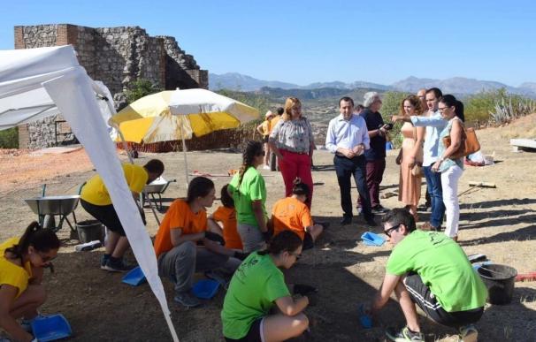 Jóvenes participan en un campo de trabajo de arqueología en el Castillo de Archidona