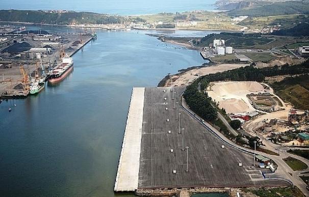 Medio Ambiente anuncia sanciones para empresas que trabajan con graneles en el Puerto de Avilés