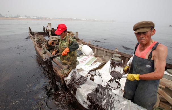 China combate con precariedad el peor vertido de petróleo de su historia