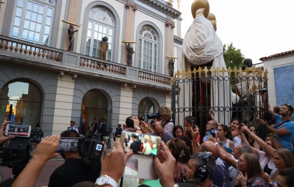 """Vecinos de Figueres ante la comitiva para exhumar a Dalí: """"Ha sido un espectáculo surrealista"""""""