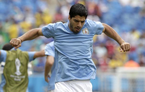 """Uruguay estalla indignado contra """"la mafia de la FIFA"""" por la sanción a Suárez"""