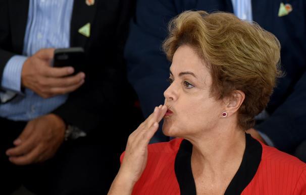 La presidenta de Brasil, Dilma Rousseff, lanzando un beso