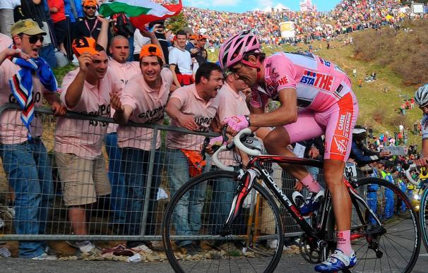 El italiano Garzelli gana la cronoescalada, Arroyo aguanta de rosa