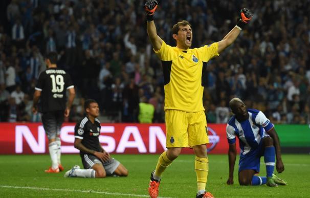Luces y sombras en el partido de Casillas ante el Chelsea de Mourinho. / AFP