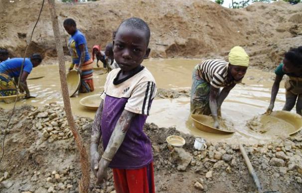 Muchos niños también son forzados a trabajar en estas minas (AFP/Getty)