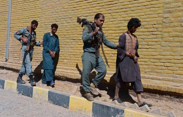 Un policía afgano traslada a un talibán detenido/AFP