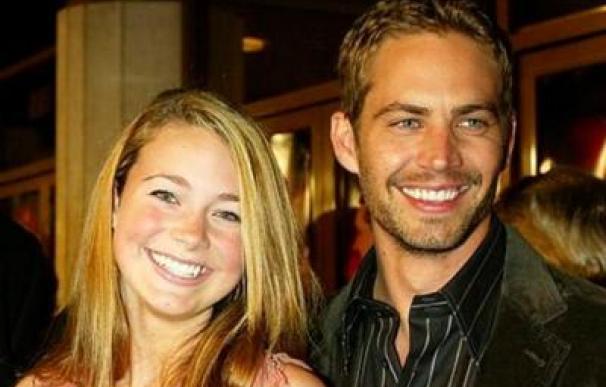 Paul Walker y su hija, quien ha demandado a Porsche por supuestas irregularidades en cuanto al sistema de seguridad del vehículo en el que murió su padre
