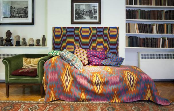 Un mexicano reviste el diván de Freud con telas de los indígenas huicholes