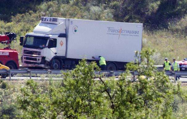 Tres fallecidos en un choque frontal entre un camión y un turismo en Huelva