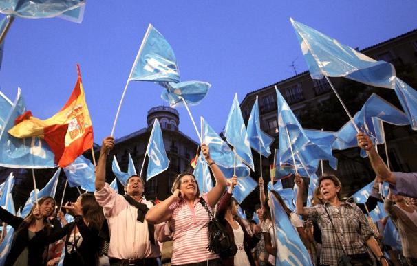 """Miles de simpatizantes piden en la sede del PP la """"dimisión de Zapatero"""""""