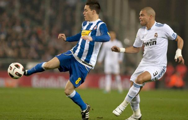 Callejón golpe el balón en presencia de Pepe