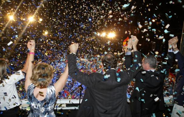 Alrededor de 1.500 personas celebran en la calle Génova la victoria electoral del PP