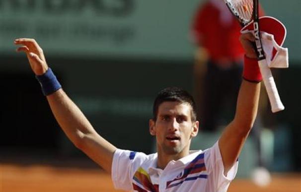 Djokovic pasa a semifinales en París tras la retirada de Fognini