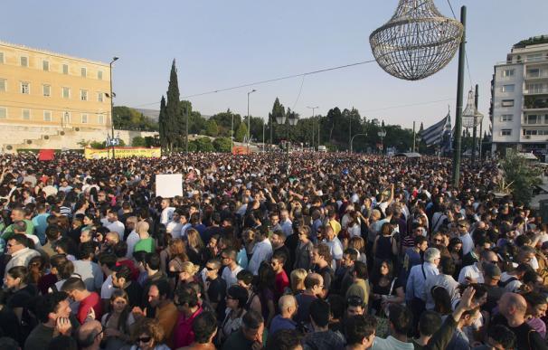 Los 'indignados' griegos toman la plaza Sintagma de Atenas
