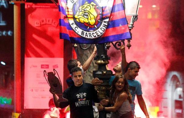 Riadas de aficionados del Barça acuden a Canaletes para celebrar la victoria