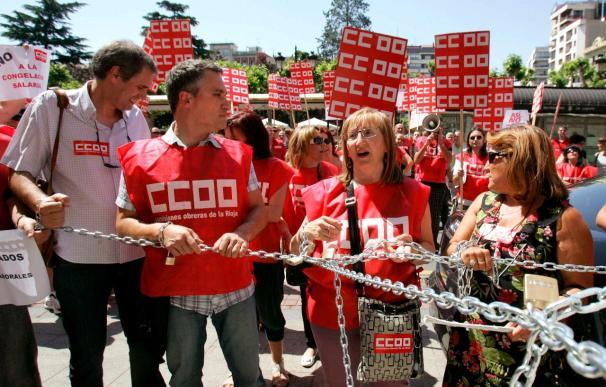 Delegados de CCOO se encadenan en Logroño contra la reforma laboral