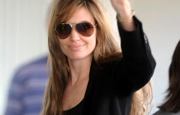 Angelina Jolie asegura no está embarazada y que su relación con Pitt es buena