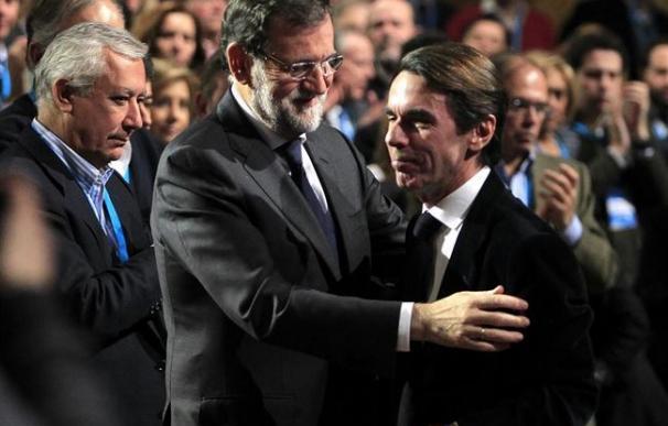 Mariano Rajoy, con el expresidente Aznar, en un acto del PP.
