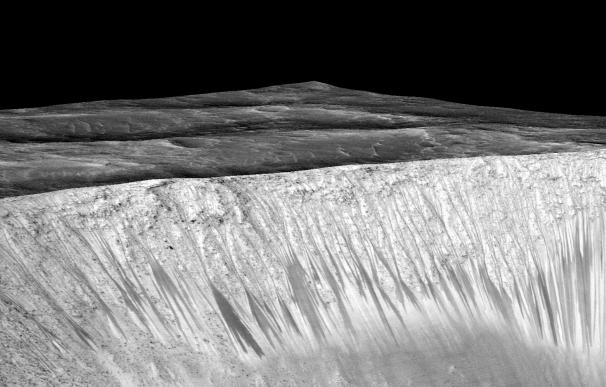 Líneas oscuras que demuestran la existencia de agua en Marte. (NASA)