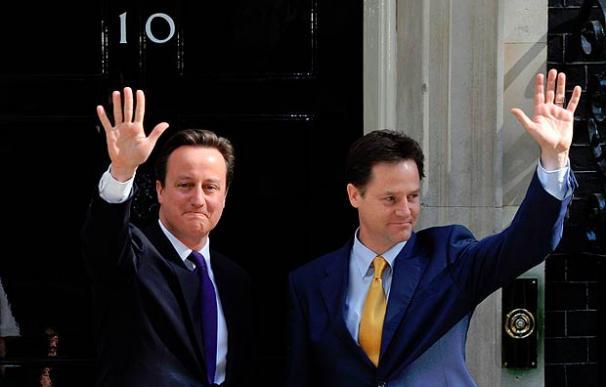 Cameron y Clegg dan forma a su Gobierno de coalición