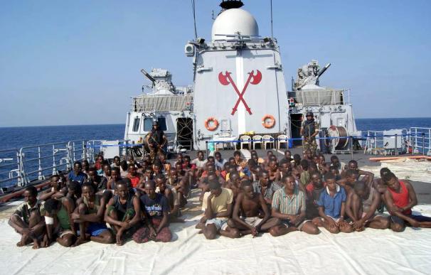 Los dos marineros gallegos del 'Vega 5' viajan en avión rumbo a España