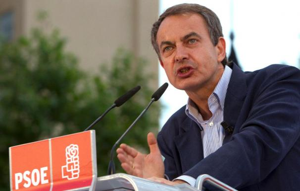 Zapatero se entrega a la campaña y Rajoy busca el voto en Barcelona