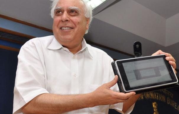 El ministro de Desarrollo de Recursos Humanos (HRD) de la India, Kapil Sibal, posa con una tableta informática de bajo coste durante su lanzamiento. - EFE