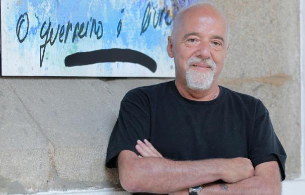 """Coelho confiesa que plasmó su """"sueño"""" de ser escritor tras viajar a Santiago"""