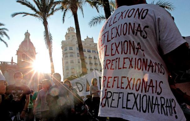 """Los """"indignados"""" de Valencia invitan a ir a votar con una camiseta con el emblema del 15-M"""