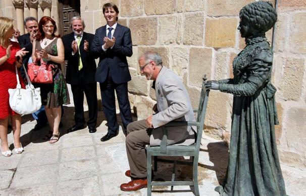 Antonio Machado y su mujer, Leonor, cuentan desde hoy con dos esculturas en Soria
