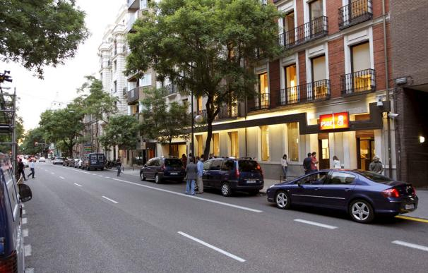 Los coches de seguridad de Zapatero se llevan una multa por aparcar en doble fila